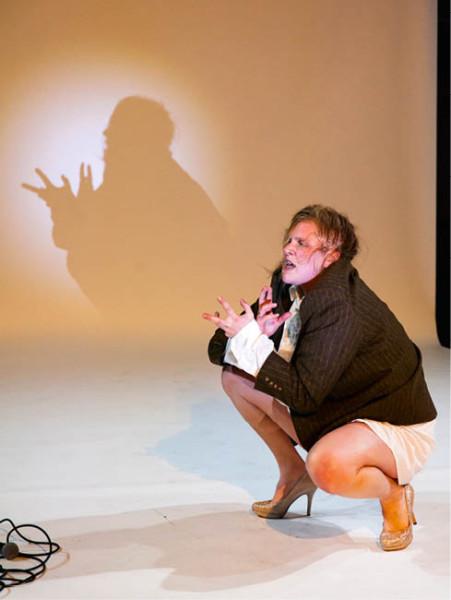 Handkeho Sebeobviňování je společnou beneficí Stefanie Reinsperger a D. D. Pařízka. Volkstheater Vídeň (2015) FOTO ARCHIV DIVADLA