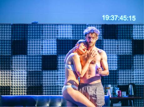 Erika Stárková a Jan Grundman v inscenaci Small Town Boy (Divadlo Letí ji nyní uvádí ve Vile Štvanice, premiéra v roce 2015) FOTO DOROTA VELEK