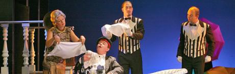 Herci hráli s mírou, děj měl spád, málo se mluvilo, hodně zpívalo a tančilo, jako ve staré dobré operetě… FOTO archiv NOS