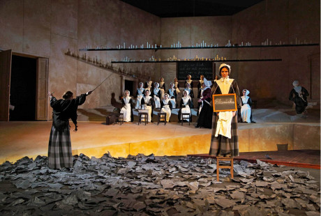 V popředí Petra Vajdová jako Jane v inscenaci Jane Eyrová (Slovenské národní divadlo, premiéra 2014) FOTO JAKUB JÍRA