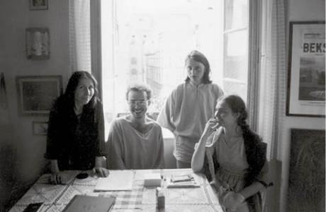 U Vodrážků v Templové ulici (1984/85). V pozadí Kostel svatého Jakuba Většího. Zleva Iva Vodrážková, Kamil Varga, Petr Muk a jeho tehdejší žena Michaela Muková  FOTO ARCHIV M. VODRÁŽKY