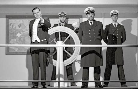 Na kapitánském můstku žene majitel lodi (Petr Štěpán) kapitána (Zdeněk Junák) a jeho důstojníky (Kristian Pekar, Ondřej Studénka) do záhuby  FOTO JEF KRATOCHVIL