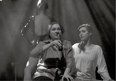 Eva Salzmannová a Tereza Dočkalová víří v Tsunami blues ponurou atmosféru  FOTO TEREZA HAVLÍNKOVÁ