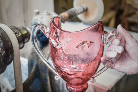 Ocenìní připomíná benátskou masku, kterou ale mohou držitelé používat i jako vázu. Každý kus je originální ruční práce. FOTO archiv