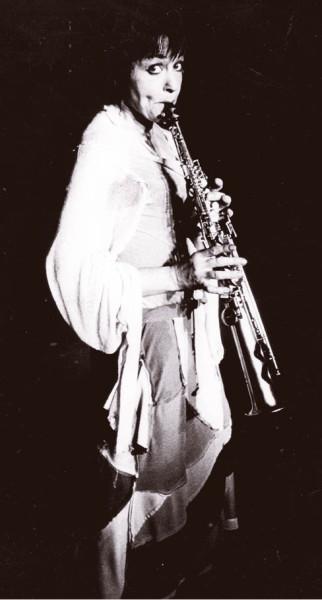 V Šatně na pláži hrála Zdena Kratochvílová jímavě na saxofon FOTO ARCHIV LÍDY ENGELOVÉV Šatně na pláži hrála Zdena Kratochvílová jímavě na saxofon FOTO ARCHIV LÍDY ENGELOVÉ