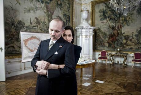Jako Edvard Beneš v seriálu České století se svou manželkou Monikou Fingerovou v roli Hany Benešové.  Česká televize, 2013  FOTO ARCHIV ČT