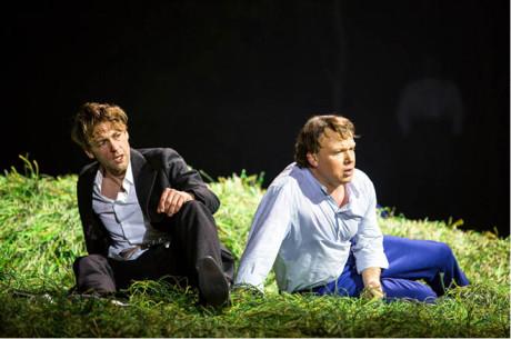 Oněgin (Günter Papendell)  s Lenským (Aleš Briscein) se  před soubojem naposledy setkali,  opilí a zmatení FOTO LKO FREESE