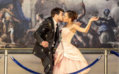 Manon (Jana Pidrmanová) a Des Grieux (Patrik Děrgel) při prvním setkání v galerii  FOTO PATRIK BORECKÝ