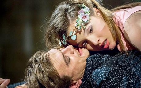 Jako Romeo s Terezou Voříškovou (Julie) v Shakespearově tragédii. Režie SKUTR, Letní shakespearovské slavnosti 2015  FOTO PATRIK BORECKÝ