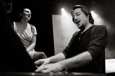 Miroslav Ondra (Petr) a Kateřina Dostalová (Lucie) v inscenaci Tomáše Studeného Domeček (Buranteatr, 2014). FOTO archiv Buranteatr
