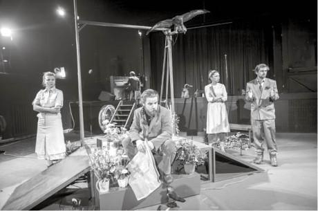 A zítra mě, lásko, opět pochovej  Divadla X10 je podobenství o cti a odvaze FOTO DITA HAVRÁNKOVÁ