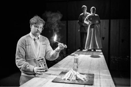 Václav Jelínek rozdělal na jevišti ohýnek jako ilustraci Husova upálení FOTO PETR NEUBERT