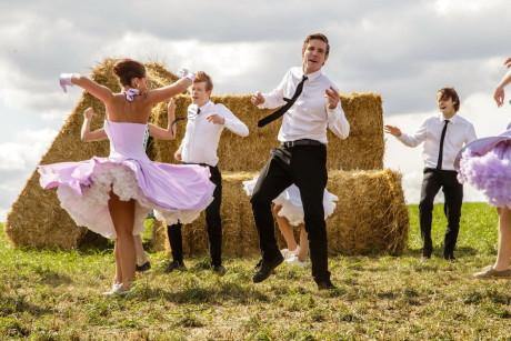 Z pozadí čtrnáctičlenného ansámblu vystupují jasnějšími konturami postavy Patrika (Vladimír Polívka), Davida (Adam Mišík), Terezy (Anna Fialová) a Mayi (Z Nhung)... FOTO BIOSCOP