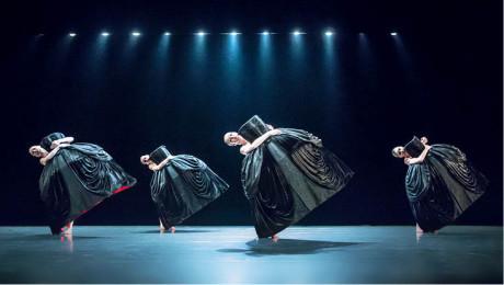 V Petite Mort ženy plují po jevišti za velkými černými krinolínami jako sošné krásky FOTO PAVEL HEJNÝ