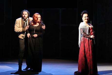 Turidda (Jakub Rousek) se Santuzzou (Katarína Jorda) provokuje svůdná Lola (Ilona Tichá). FOTO TOMÁŠ RUTA