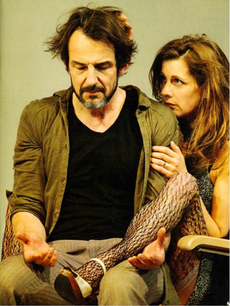 Krátké sblížení Sebastiana (Hans-Werner Meyer) a Magdaleny (Judith Rosmair), kterým se nezadržitelně hroutí dosavadní život (Renaissance-Theater – Milujeme a nic nevíme) FOTO  BARBARA BRAUN