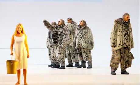 Už mrtvá Landlady (Mojca Erdman), která se otrávila a jedy nosí ve velkém kbelíku, symbolicky komunikuje s Amundsenem (Thomas Hampson, zcela vpravo) FOTO WILFRIED HÖSEL