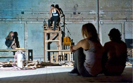 Inscenace hry Wolframa Lotze Směšná temnota, k níž navrhla kostýmy, získala prestižní cenu Theater heute Inscenace roku 2015 německojazyčného divadla (r. Dušan D. Pařízek, prem. 8. února 2015, Burgtheater Vídeň)  FOTO REINHARD WERNER