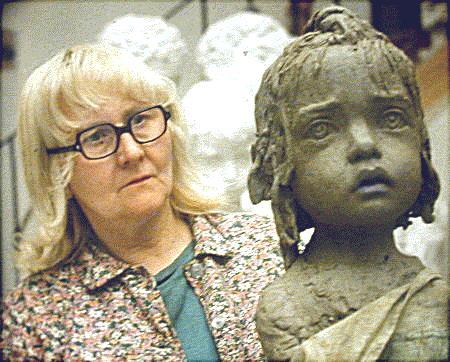Akademická sochařka Marie Uchytilová během realizace památníku dětských obětí války v Lidicich. FOTO archiv Památník Lidice