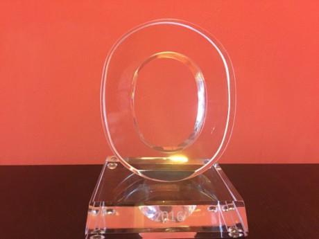 """Skleněný artefakt ve tvaru """"O"""", vyrobený sklárnami v Lindavě. FOTO archiv Opera Plus"""