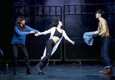 Nejmladší divadelní režisérkou pekingské National Theatre of China je Tian Qinxin – snímek z přípravy inscenace Romeo (vpravo) a Julie (uprostřed) FOTO HONGKONG ART FESTIVAL