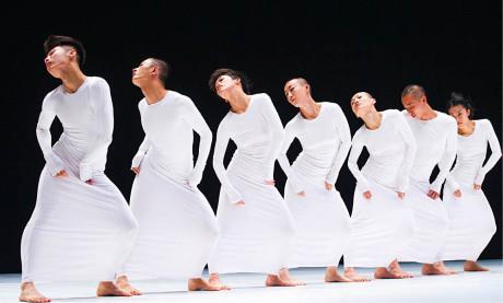 Nejprestižnější a nejznámější moderní čínské taneční divadlo je Tao Dance Theatre (Taoshenti). Snímek je z choreografie 7 FOTO TRISTRAM KENTON