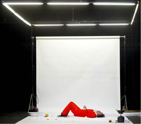 Karel Roden v inscenaci hry Kathariny Schmitt: Sam, jež měla premiéru 27. dubna 2012 v Divadle Komedie a poté byla přenesena do Studia Hrdinů FOTO VIKTOR KRONBAUER