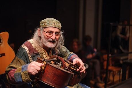 Extravagantní veterán Jiří Wehle, který vesměs zpívá staré písně a hraje k nim na dudy, na niněru, na šalmaj a další tradiční nástroje. FOTO JAN HROMÁDKO