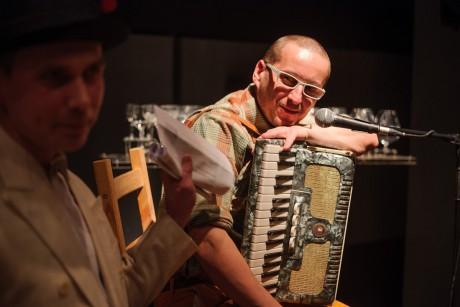 Průvodce večerem Jakub Čermák a muzikant Petr Krumphanzl, kterého můžete znát z dixie-kapely vyhrávající na Karlově mostě. FOTO JAN HROMÁDKO