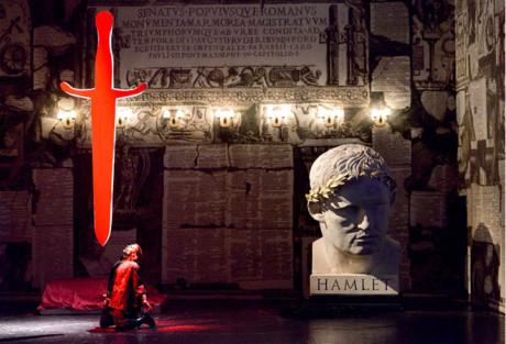 """Být, či nebýt, ach záhado! Zemřít! Spát! Spát!"" Romantický rozervanec Hamlet (Thomas Weinhappel) neví, co si počít FOTO MARTIN POPELÁŘ"