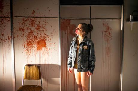 Anežka Hessová ve hře Rainalda Goetze Válka. Režíroval Jan Frič na scéně Nikoly Tempíra. Divadlo X10, 2015 FOTO DITA HAVRÁNKOVÁ