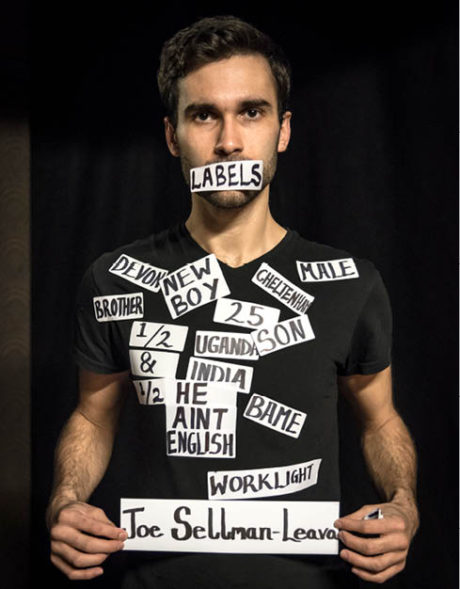 Joe Sellman-Leava: Nálepky / Labels (prem. 5. srpna 2015, Edinburgh Fringe)  FOTO BENJAMIN BORLEY a ANNA BRUCE
