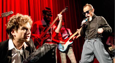 Vzadu ďábelsky rudě nasvícená kapela Mastix FOTO PATRIK BORECKÝ
