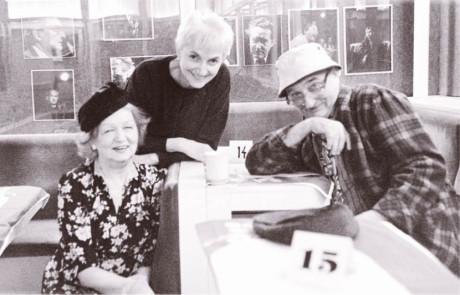 S Blankou Bohdanovou a Josefem Somrem 16. března 2001 ve Viole během posledních příprav inscenace hry Donalda L. Coburna The Gin Game. Za ztvárnění svých rolí v této inscenaci získali v roce 2002 oba herci Cenu Thálie FOTO VIKTOR KRONBAUER