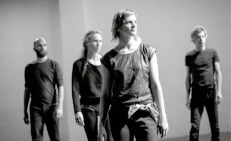 V popředí Lucia Kašiarová, za ní Bára Látalová, v pozadí členové skupiny Zrní  v projektu choreografa Davida Zambrana, taneční skupiny VerTeDance a hudební skupiny  Zrní – Ceviche (prem. 21. listopadu 2015, Studio Alta, Praha) FOTO VOJTĚCH BRTNICKÝ