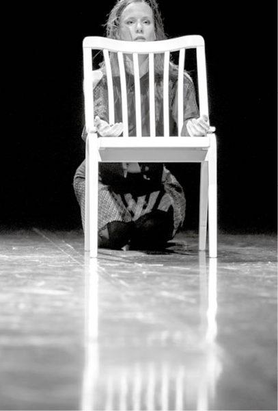 Martina Hajdyla Lacová v choreografii Andreje Petroviče L / One of the Seven (prem. 15. 3. 2016, Divadlo Ponec, Praha) FOTO VOJTĚCH BRTNICKÝ