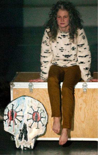 Tereza Hofová v inscenaci Studia Hrdinů Skugga Baldur režisérky Kamily Polívkové (premiéra 25. února 2016 – recenzi jsme přinesli v DN 7/2016) FOTO JAN DVOŘÁK
