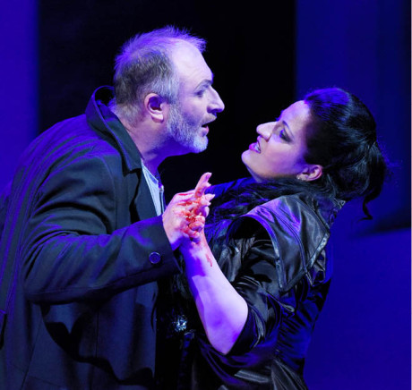 Nerozhodného Macbetha  (Pavel Klečka) žene do vraždění  Lady Macbeth (Csilla Boross),  ruce od krve mají oba  FOTO PAVEL KŘIVÁNEK