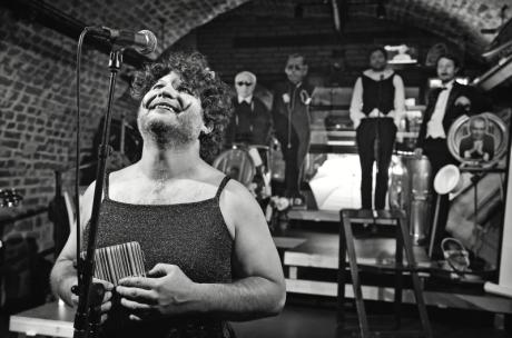 Vše v přiléhavých dámských šatech a v lidičkách na nohou moderuje jeden z aktérů, Tomáš Svoboda alias Tomáš Milostný. Bubiland aneb Kabaret u politické mrtvoly. FOTO archiv DHnP