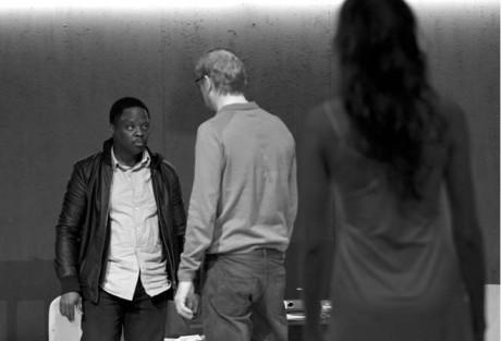 Maxime Mededa jako obviněný Akim, Martin Pechlát jako vyšetřovatel a zavražděná dívka v podání Jindřišky Křivánkové FOTO JAN DVOŘÁK