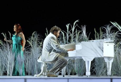 Michel (Peter Berger) usedl za bílý klavír (Julietta - Alžběta Poláčková) FOTO HANA SMEJKALOVÁ