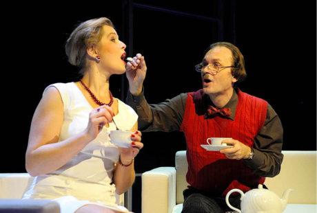 Jako Pan Smith se svojí manželkou Terezou Cisovskou v roli Paní Smithové v inscenaci hry Eugène Ionesca Plešatá zpěvačka. Režie Grzegorz Kempinsky, Komorní scéna Aréna (2012) FOTO ROMAN POLÁŠEK