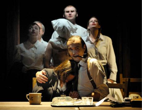 Role vyšetřovatele v inscenaci hry Tomáše Vůjtka S nadějí, i bez ní byla pro Marka Cisovského zásadní. Režie Ivan Krejčí, Komorní scéna Aréna (2012) FOTO ROMAN POLÁŠEK