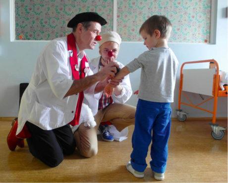 Profesor Archibald (Petr Liška) a doktor Bidlo (Martin Falář) léčí humorem  FOTO AUTORKA