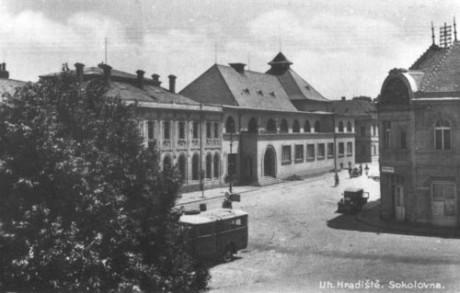 Velehradská třída s budovou Sokolovny, dnešním sídlem Slováckého divadla (30. léta 20. století). FOTO archiv SD UH