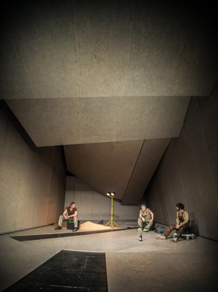 Na scéně byl dlouhý panelový tunel, stroze konstruovaná hala, se stropem podobným půdním podkrovím, nepříjemné barvy čerstvé omítky bělejšího okru. FOTO archiv NDB