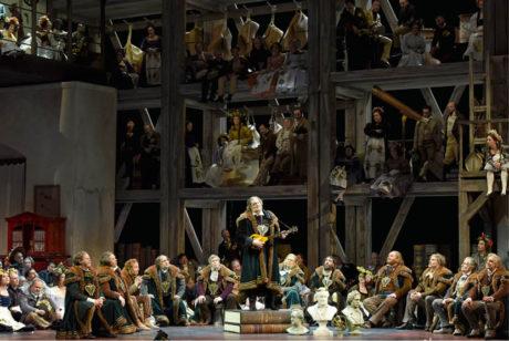 Hans Sachs říká: Před Stolzingem se každý cítil malý... Richard Wagner: Mistři pěvci norimberští (hudební nastudování: Philippe Jordan, režie: Stefan Herheim, prem. 1. března 2016, Opéra national de Paris) FOTO VINCENT PONTET