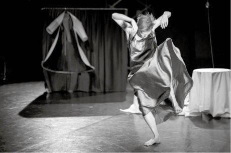 Lea Švejdová se promění v umělkyni bičovanou neviditelnou mocí, proti níž se snaží bojovat nezdolnou vůlí pracovat FOTO VOJTĚCH BRTNICKÝ