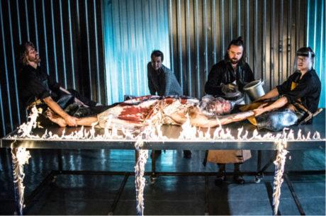 Na několika místech scény hořel oheň a po plechové scéně pomalu stékala krev... Car Samozwaniec (A. Nowaczyński, r. Jacek Glombe, Teatr im. Modrzejewskiej, Legnica) FOTO ARCHIV