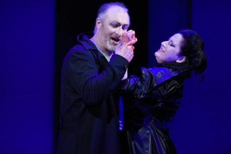 Krev na rukou mají Macbeth (Pavel Klečka) s Lady Macbeth (Csilla Boross) oba. Je jedno, kdo tu hrůzu spustil. FOTO PAVEL KŘIVÁNEK